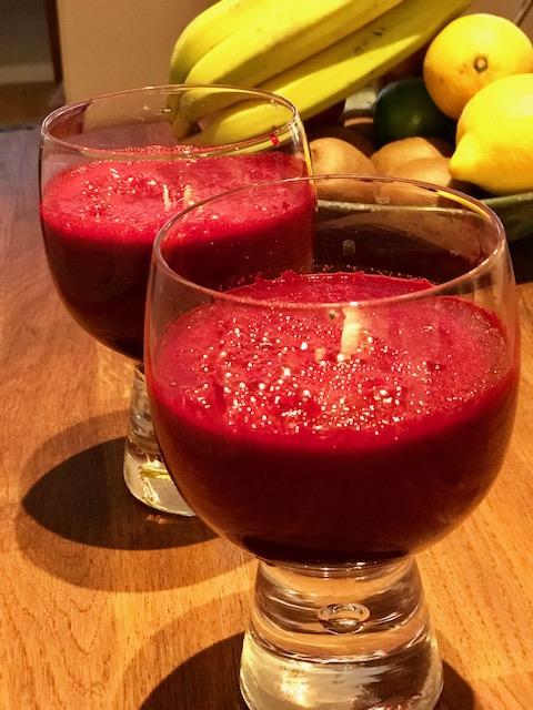 Rosa smoothie med rödbeta, lingon och lime för ditt hjärta