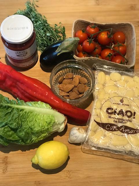 Ratatouille med stekt gnocchi och krispig sallad.
