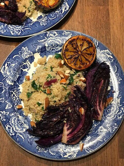 Stekt rödkål med quinoa, mandlar och citrondressing