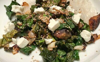 Shirataki-fettuccine med aubergine, svartkål, sesam och hoisinsås