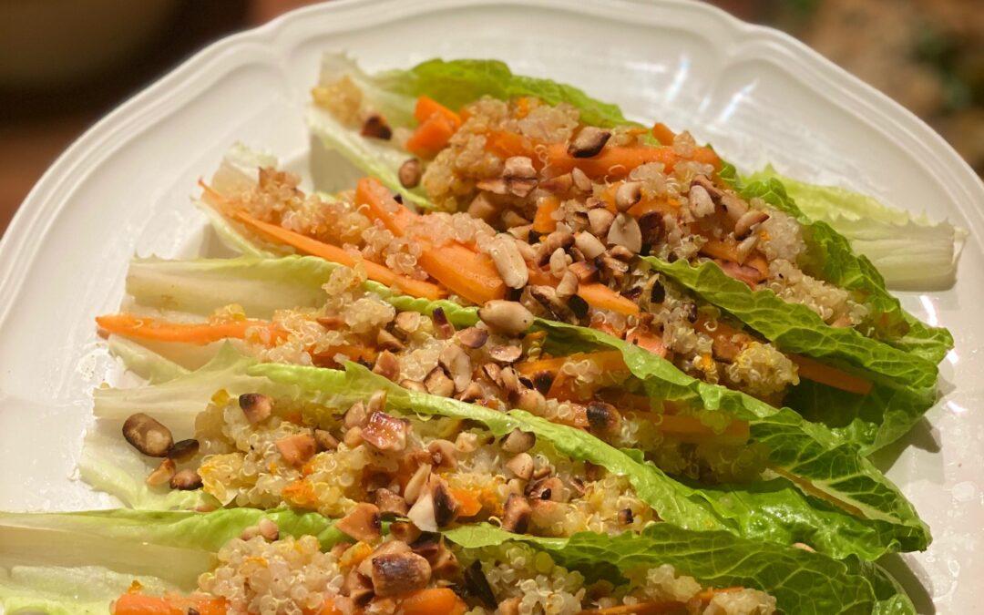 Fyllda sallatsblad med asiatiska smaker och quinoa